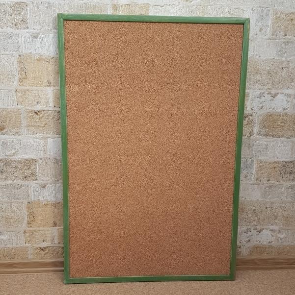 пробковая доска в цветной деревянной рамке