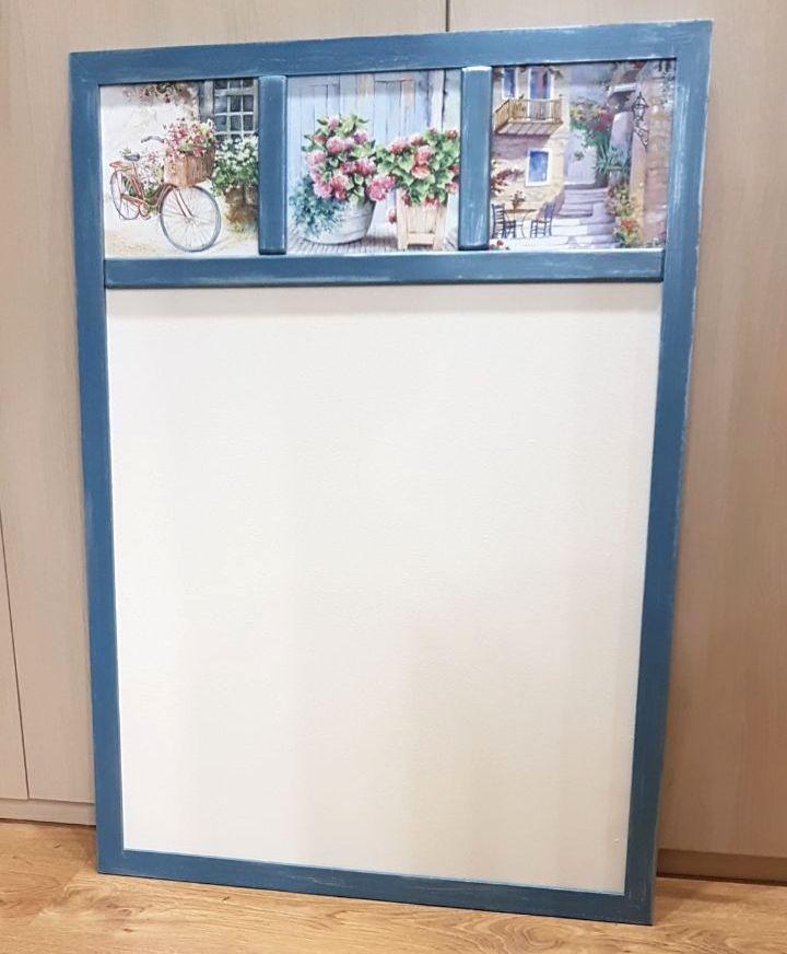 Светлая магнитная доска Цветочный прованс в синей раме на заказ