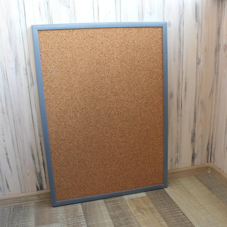 пробковая доска в деревянной цветной раме