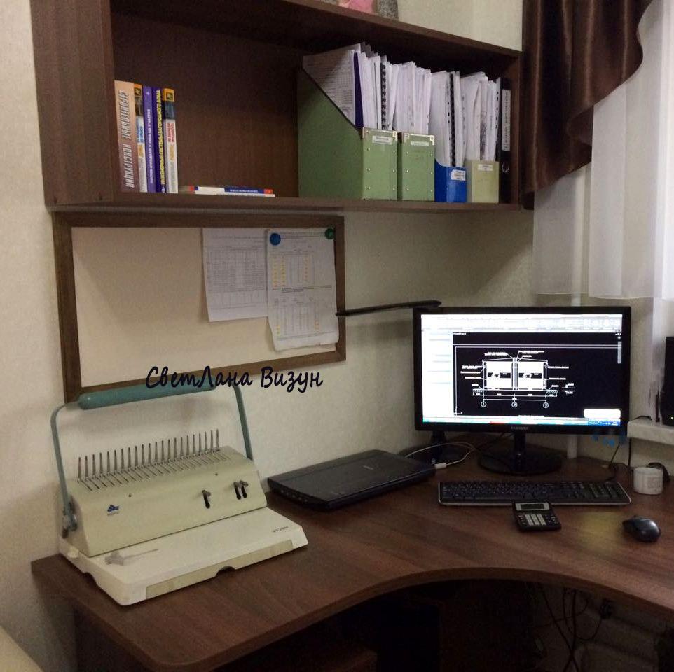 Длинная магнитная доска над рабочим столом