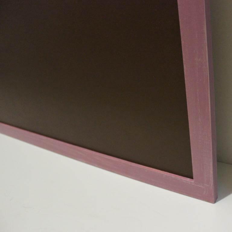 коричневая меловая доска в розовой раме