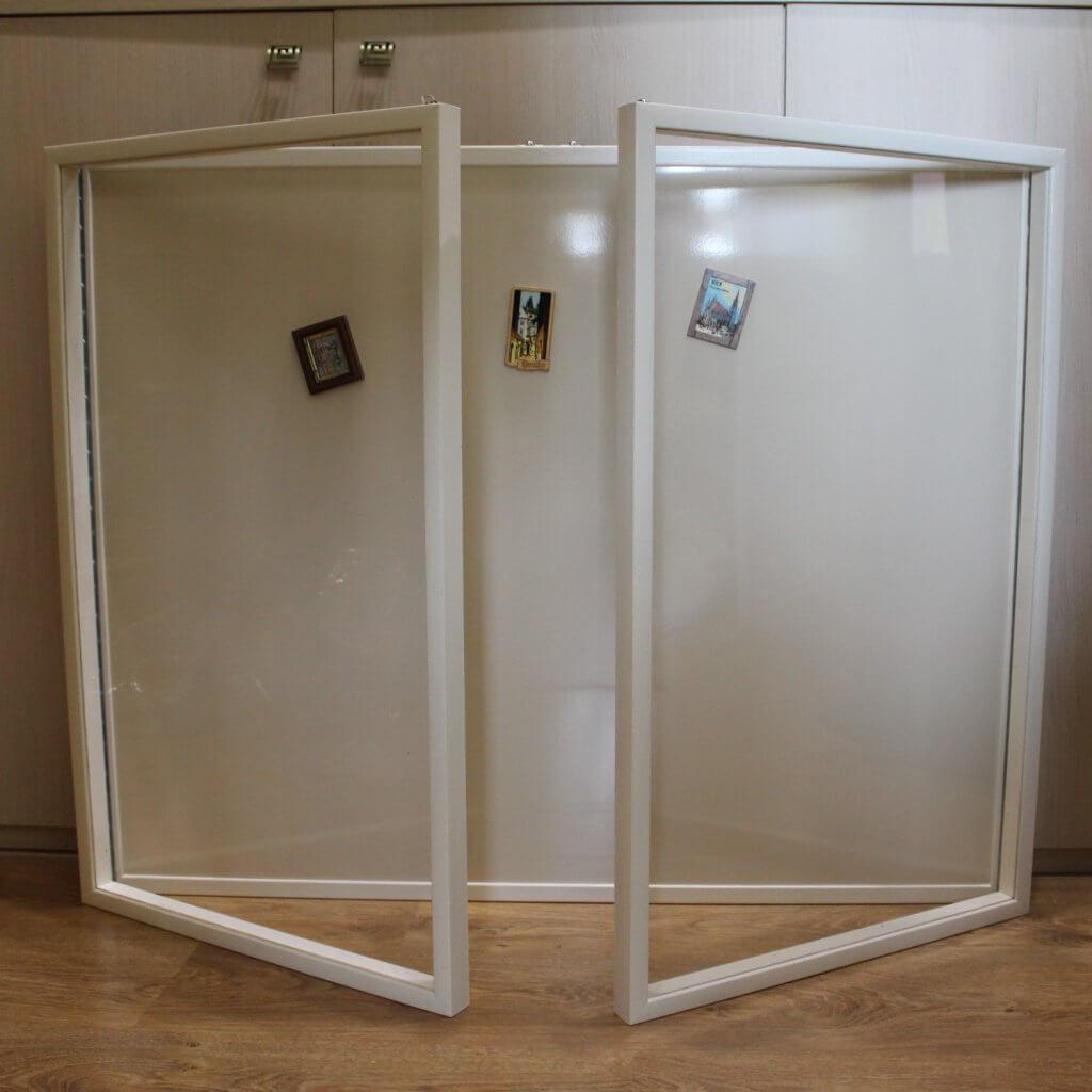 двухстворчатая магнитная доска за стеклом