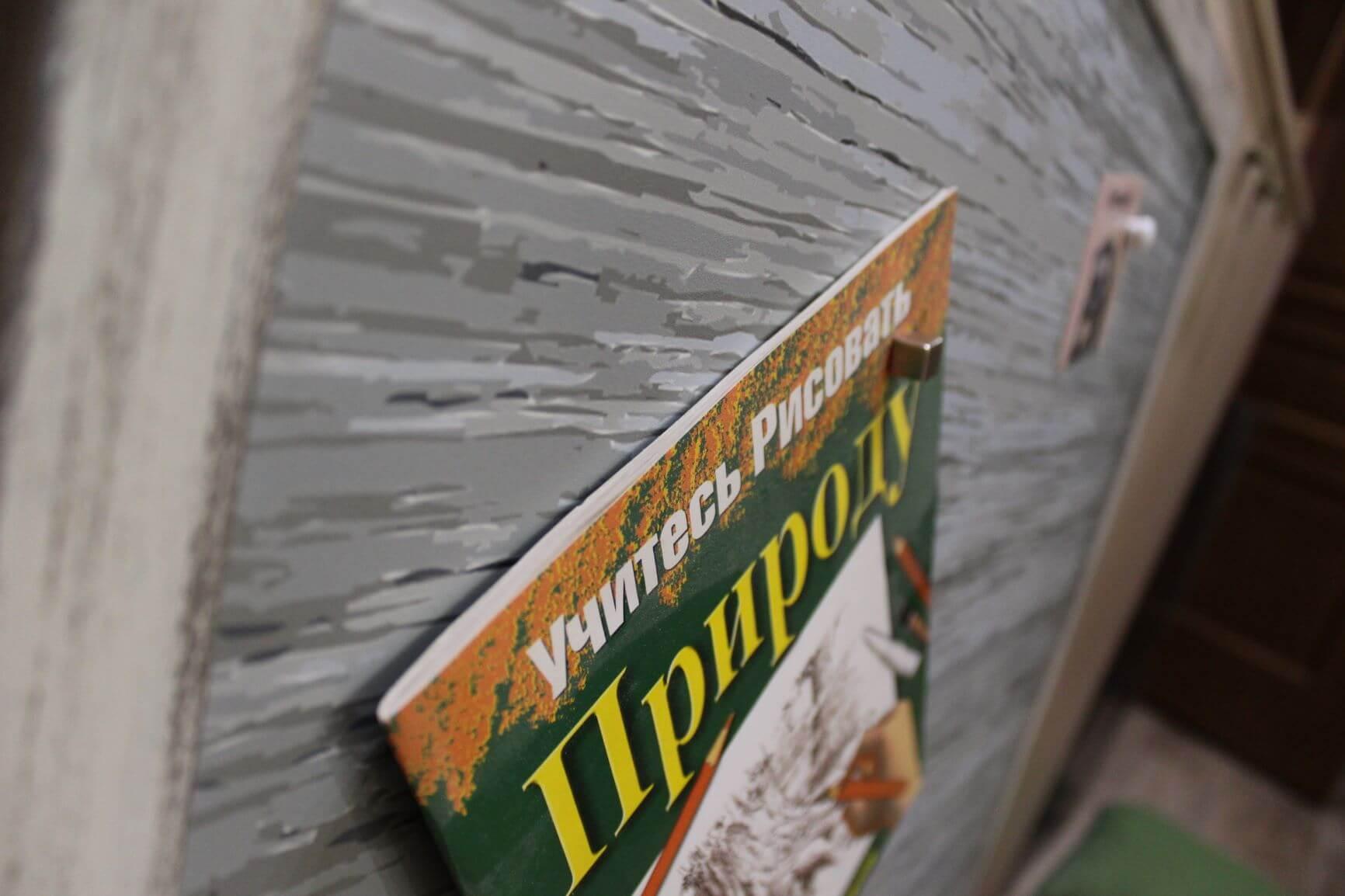 магнитная доска держит тяжелые магниты и журналы